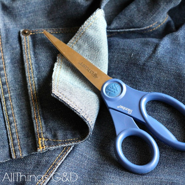 DIY Patriotic Denim Pocket Bunting - make them from a pair of old blue jeans and fill with whatever you'd like! | www.allthingsgd.com