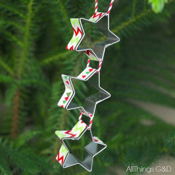Got someone who loves to bake on this year's Christmas list?  Make them this super simple Star Cookie Cutters Ornament! | www.allthingsgd.com